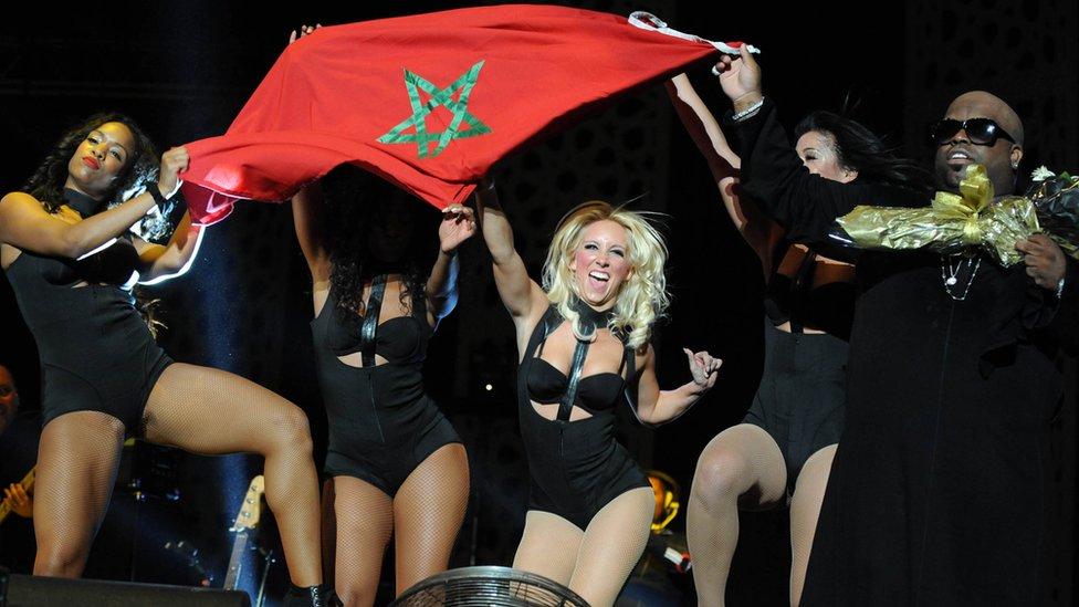 ABD'li şarkıcı CeeLo Green, dansçıları ile birlikte Mawazine Festivali'nde Fas bayrağı açmıştı, 2013.