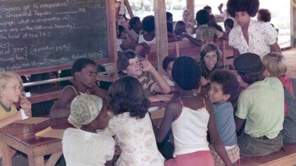 Niños fotografiados en la escuela.