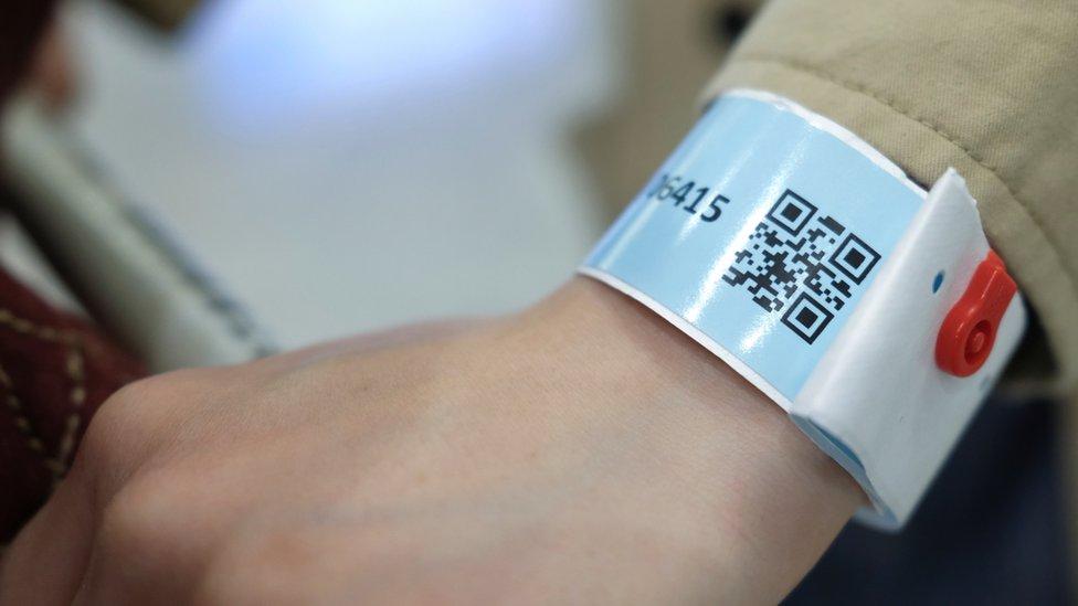 香港有人剪掉電子手帶逃避強制檢疫,政府將成立舉報熱線。