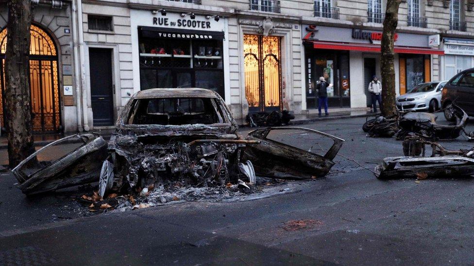 Izgoreli automobil, Pariz, Francuska, decembar 2018.
