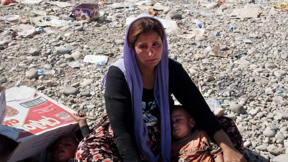 أيزيدية تنهار باكية بعد أن عبرت إلى العراق عائدة من سوريا
