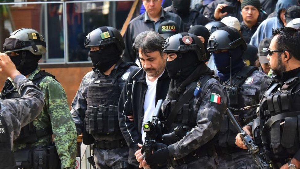 Dámaso López sale escoltado por la policía