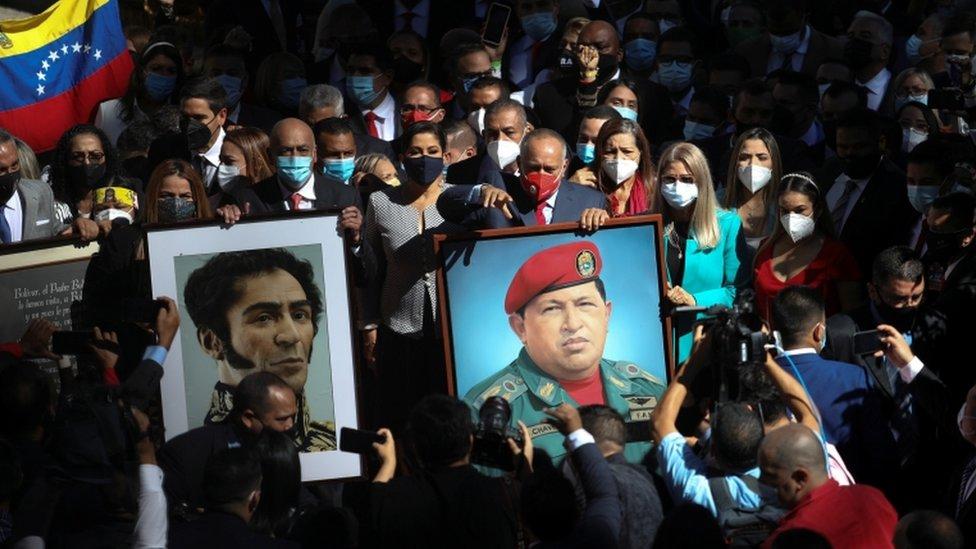 Diputados chavistas portando los retratos de Chávez y de Bolívar.