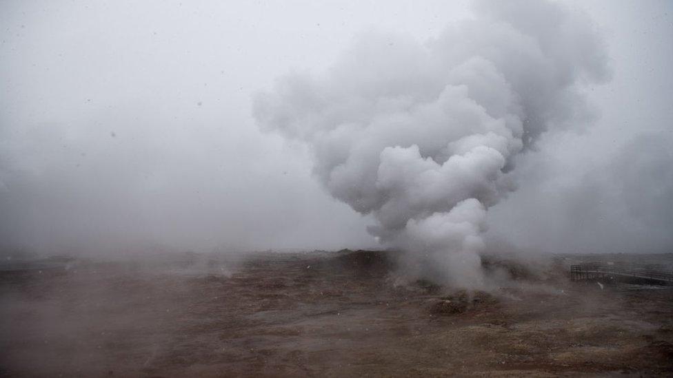 Vapor es despedido por una fisura en uno de los campos geotérmicos cerca de Grindavik