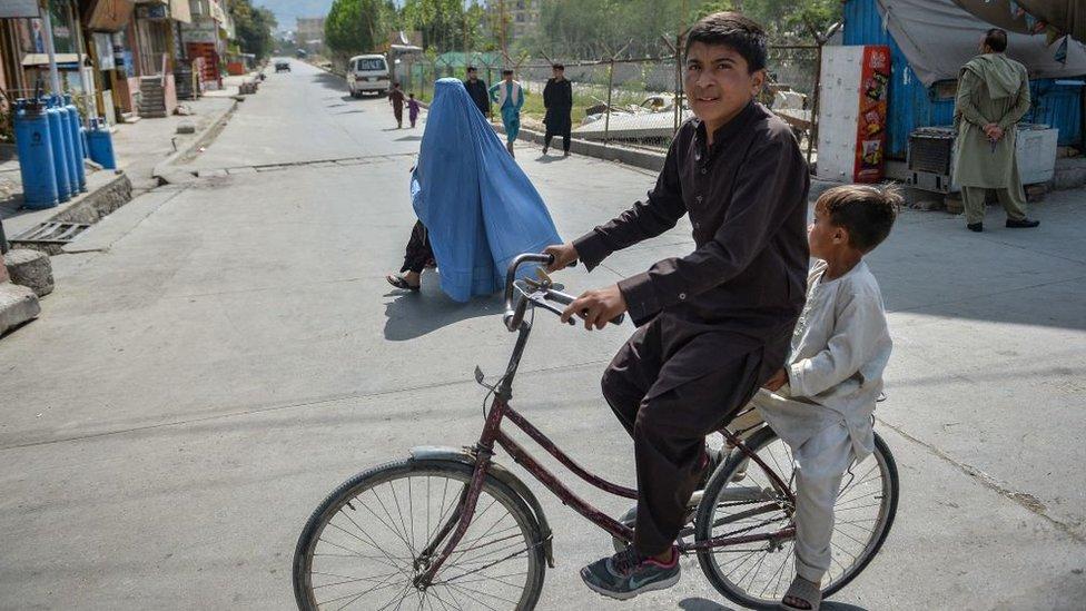 Un hombre con un niño en bicicleta
