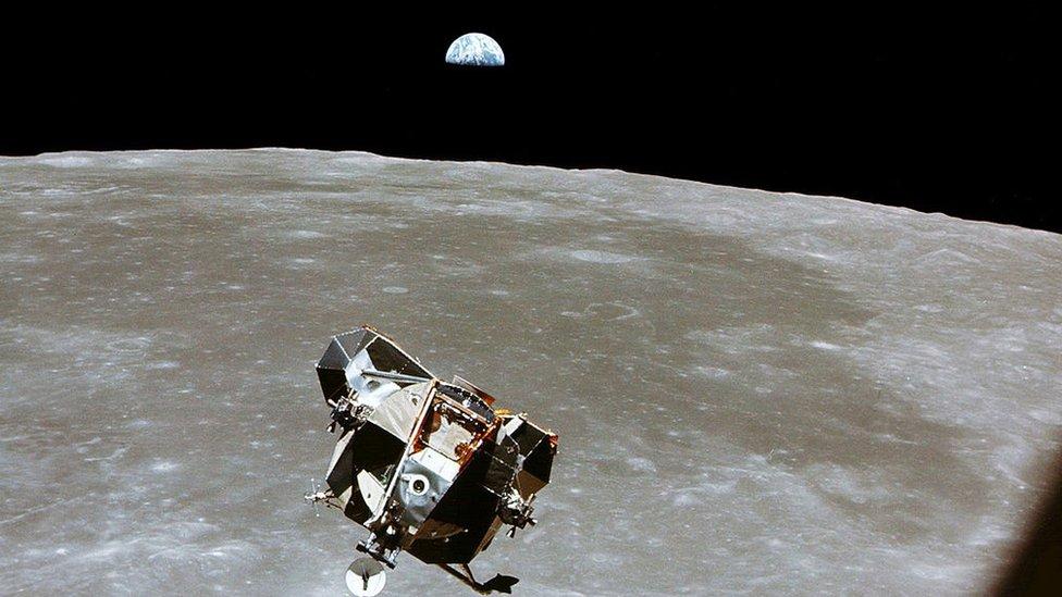 Vista del módulo lunar Águila, la superficie de la Luna y, de fondo, la Tierra.