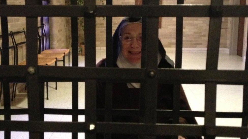 La hermana Mary Joseph tras las rejas de metal