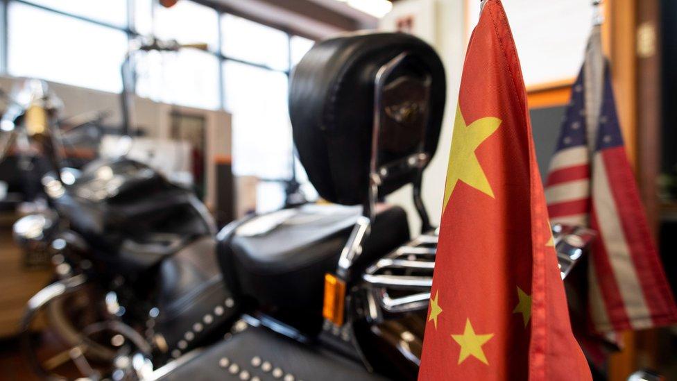 Kineska i američka zastava na motoru Harli Dejvidson
