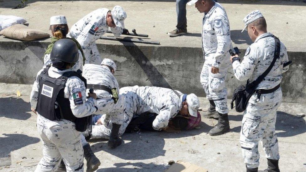 La policía detiene a un migrante que trata de cruzar de Guatemala a México, en enero.