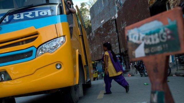 Seorang sukarelawan bersiap-siap untuk memeriksa sebuah bus yang akan meninggalkan lembah Kathmandu, kalau-kalau ada korban perdagangan manusia.