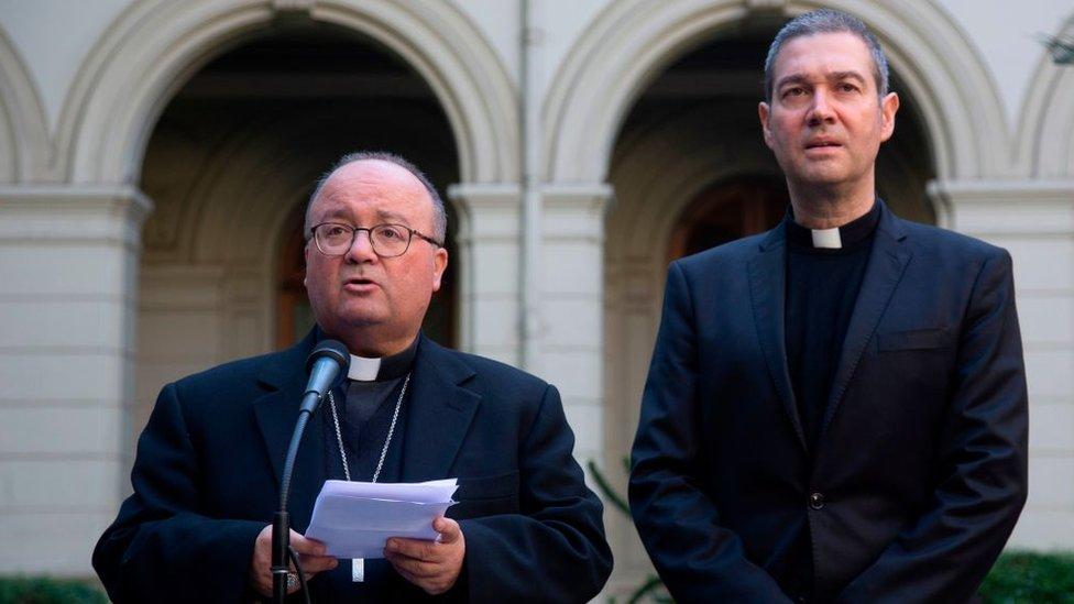 El arzobispo maltés Charles Scicluna y el sacerdote español Jordi Bertomeu.