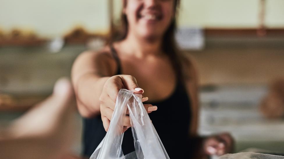 Mujer con una bolsa plástica