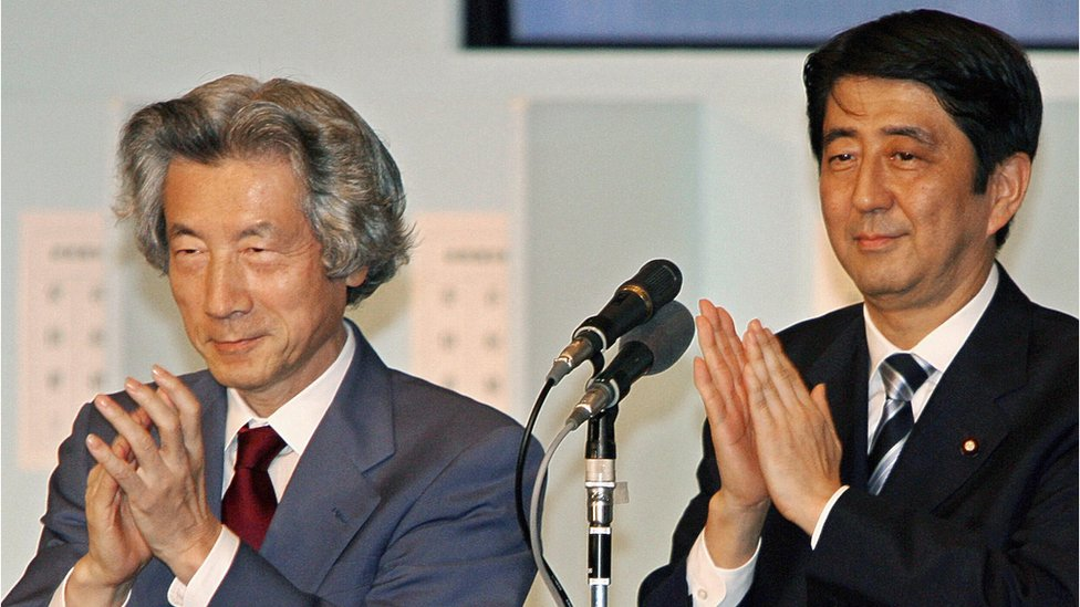 安倍晉三(右)與小泉純一郎(左)(20/9/2006)