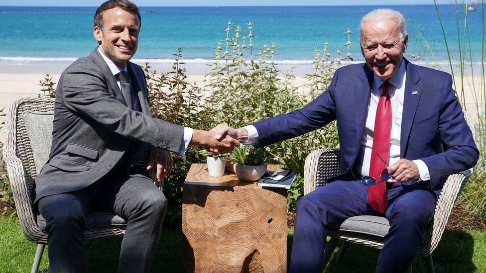 美國總統拜登和法國總統馬克龍峰會第二天(6月12日)舉行雙邊會談。雙方一致認為不能辜負明媚陽光,遂以藍天白沙為背景合影留念,並且正常握手。