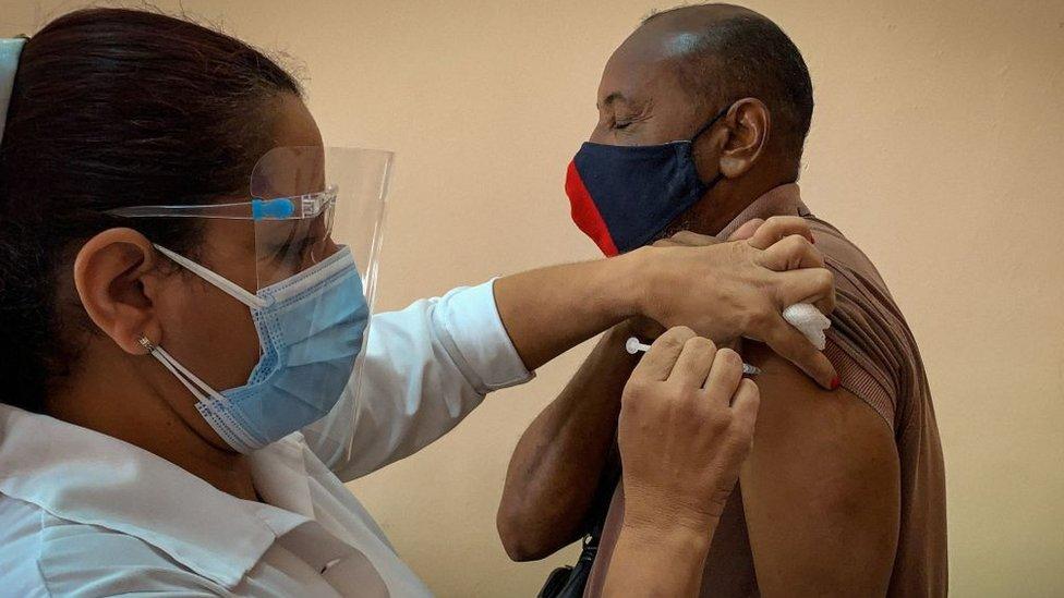 Una enfermera le pone la vacuna cubana Soberana 2 a un trabajador de la salud.