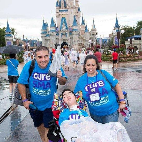 Pablo Correa, su esposa Silvia y Santi en Disney en Florida