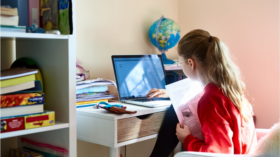 Menina tendo aula remota no laptop