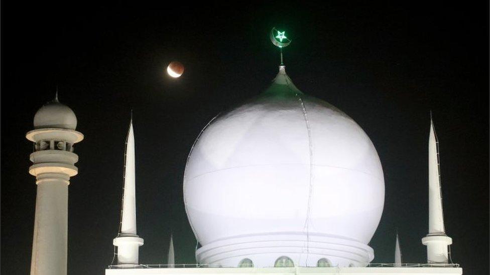 Super Blood Moon di atas Masjid al-Azhar, Jakarta.