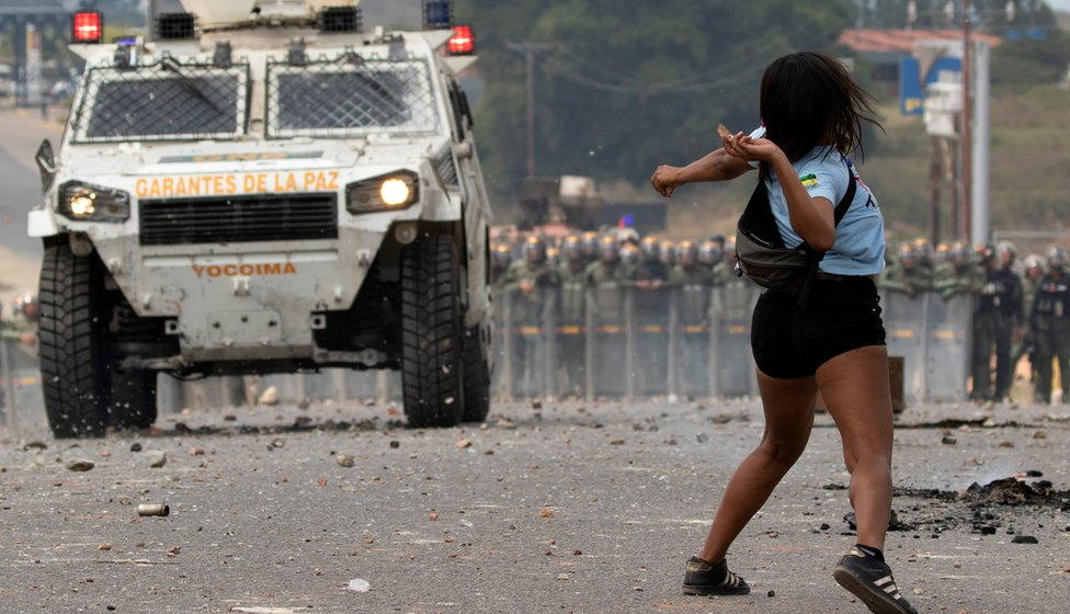 Venezuelan demonstrators clash with the Bolivarian National Guard on border with Brazil