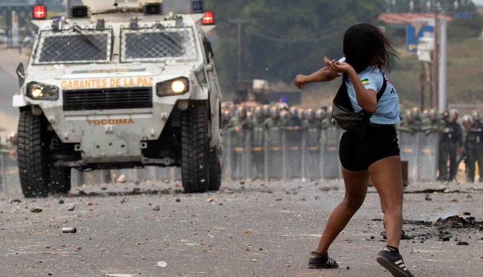 NO USAR/ BBC  Con piedras, los manifestantes se enfrentaron a las fuerzas de seguridad que no permitían el paso de la ayuda humanitaria.