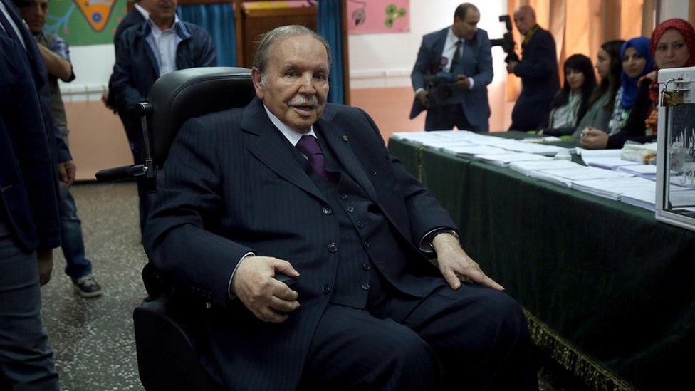 El presidente Bouteflika en silla de ruedas en un puesto de votación en Argel NO USAR / BBC