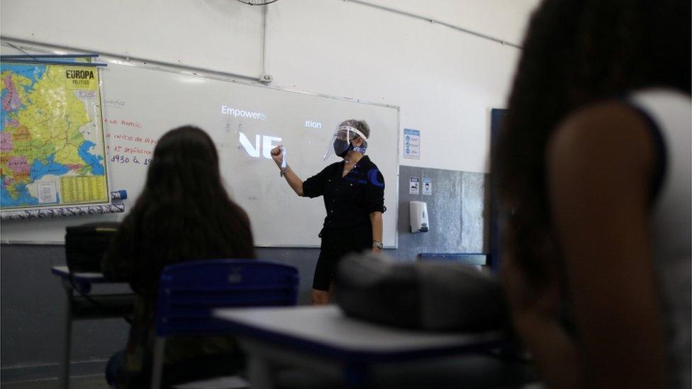 Aula presencial com turma reduzida em escola do Rio, em novembro