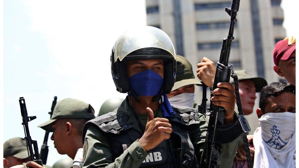 在反對派示威期間,有士兵作手勢支持。