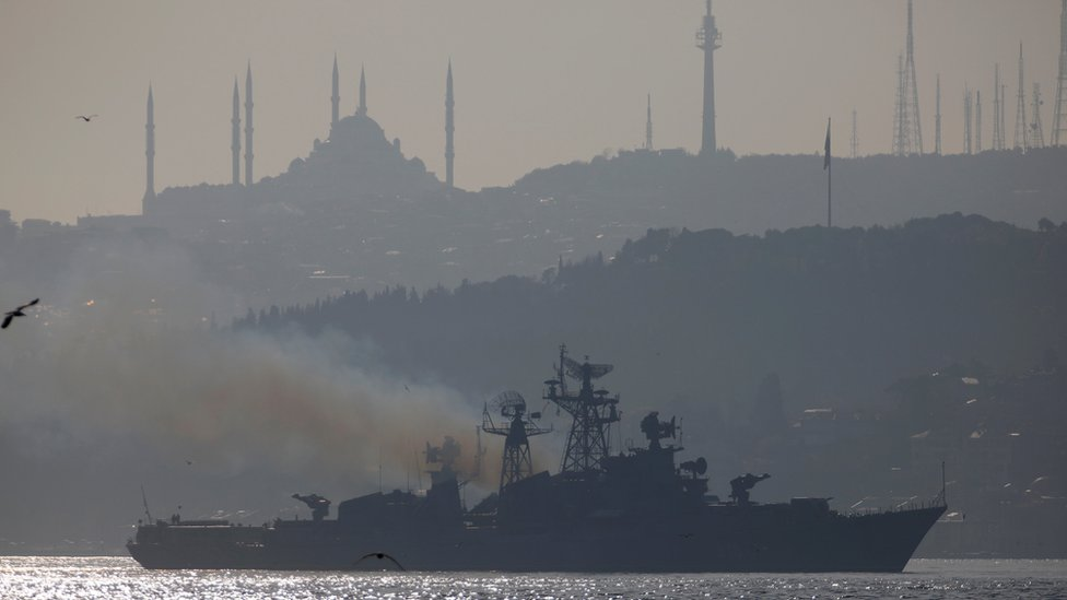 Un barco militar ruso navega por el Bósforo
