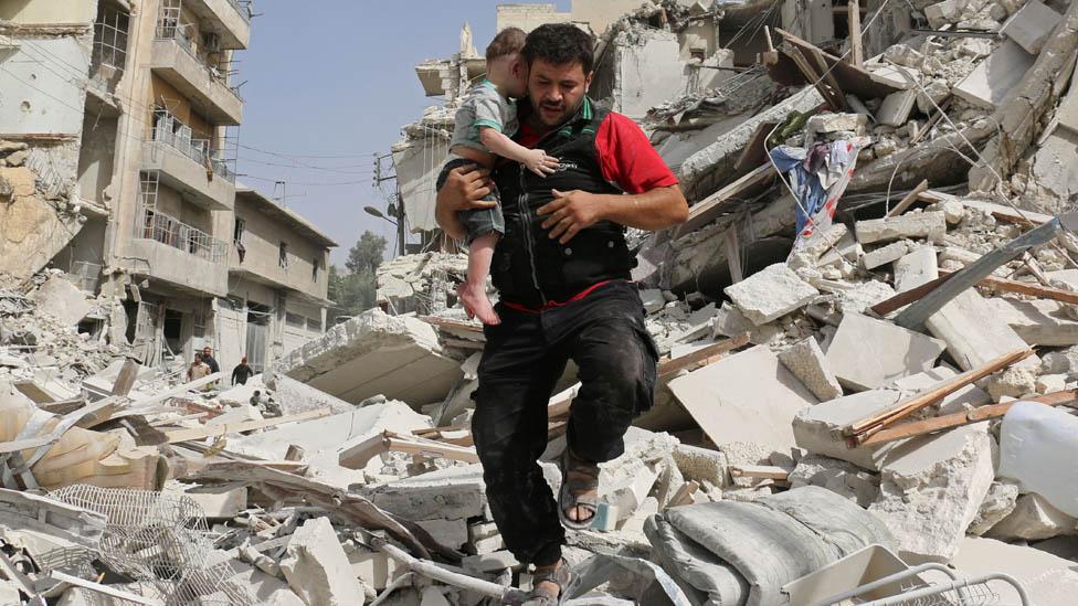 Alaa menyelamatkan anak di Aleppo pada 2016