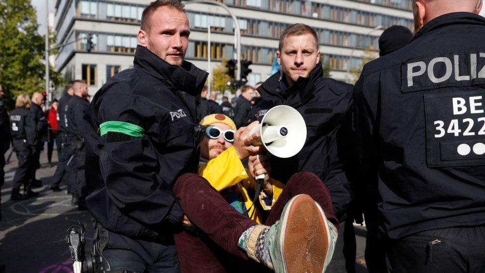 Policajci uklanjaju aktivistu