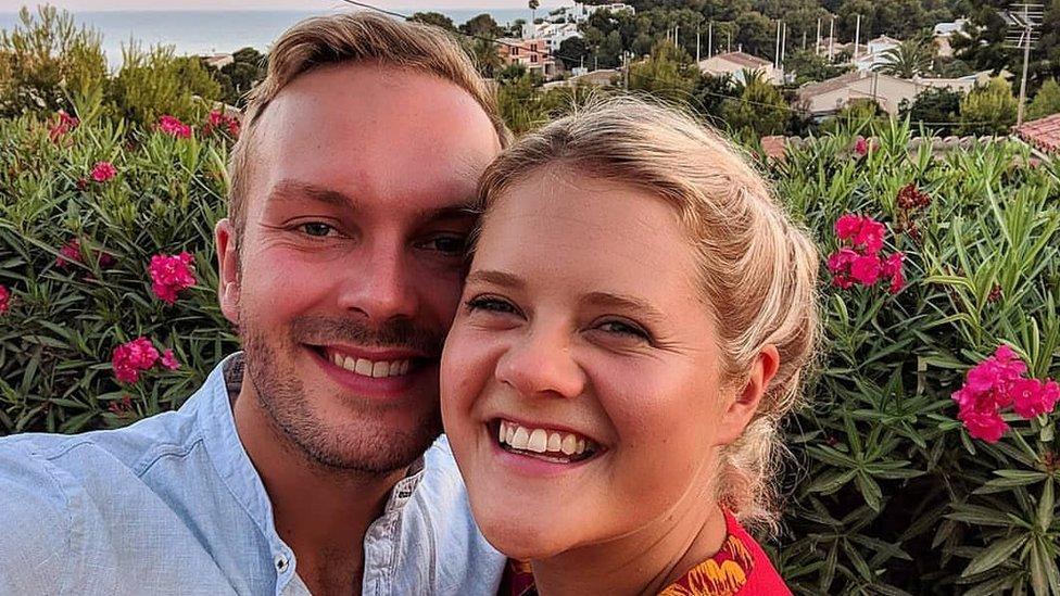 Becky Wass y su esposo John.