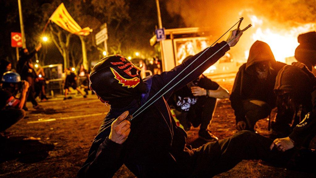 Un manifestante lanza una piedra durante una protesta en 2019.