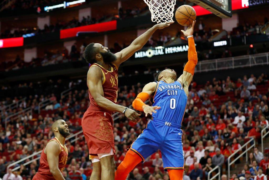 Westbrook y Harden en una acción del partido entre Houston y Oklahoma.