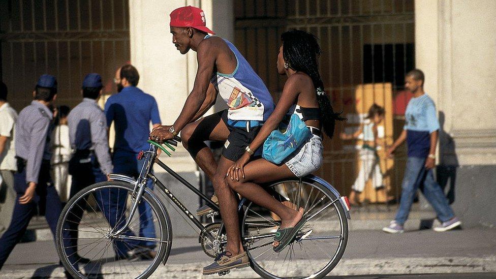 Pareja en bicicleta en La Habana.