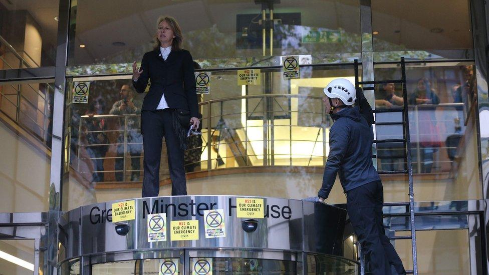 """Aktivisti """"Pobune protiv izumiranja"""" ispred ministarstva saobraćaja"""