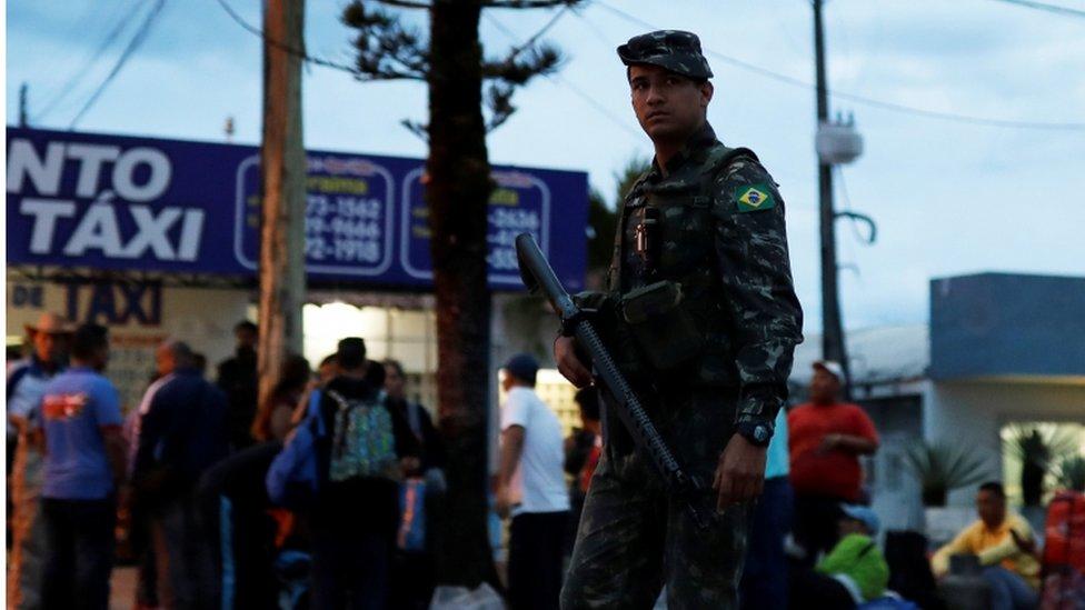La guardia brasileña en el cruce fronterizo de Pacaraima.