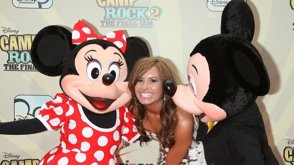 Lovato con Mickey y Minnie