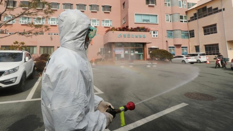 Cheongdo'da caddeleri dezenfkte eden bir görevli.