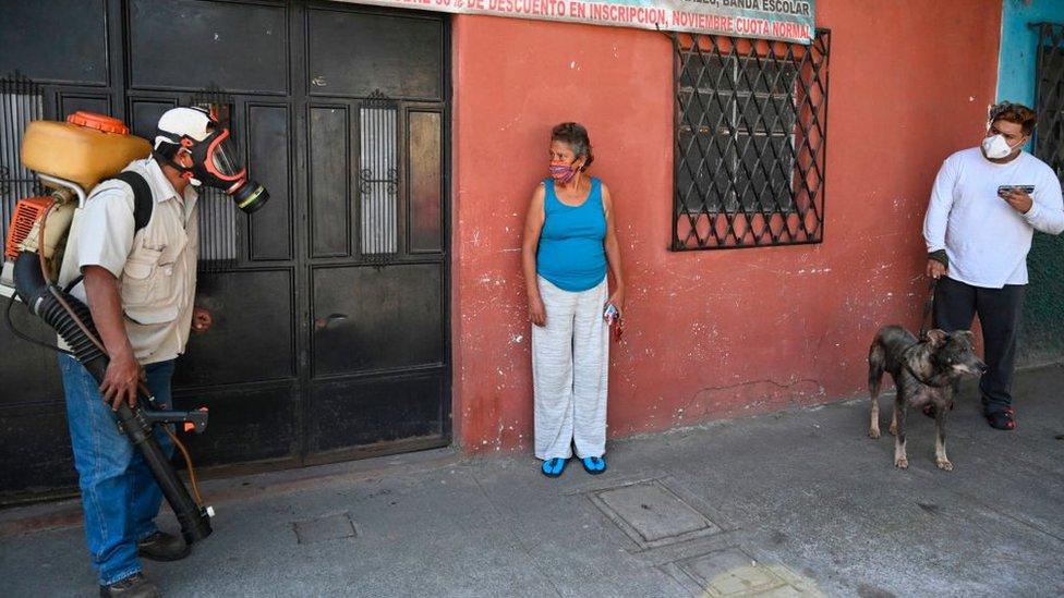 Personas con mascarilla en Guatemala