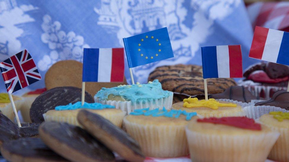 أعلام فرنسا والمملكة المتحدة والاتحاد الأوروبي على قطع من الكعك