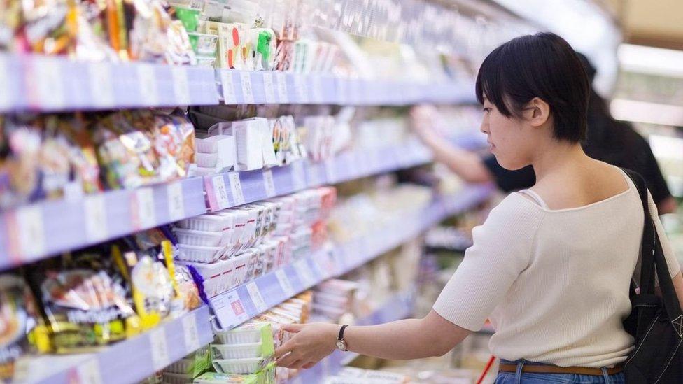Mujer en un supermercado.