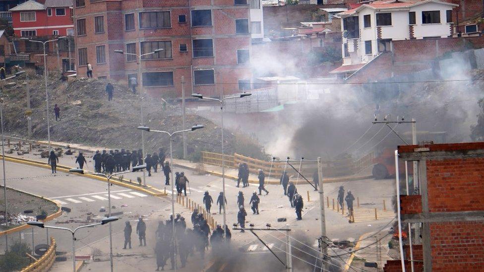 En la zona sur de La Paz se registraron choques entre policías y manifestantes.