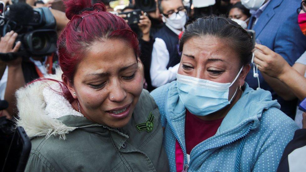 Dos mujeres buscan información sobre sus familiares