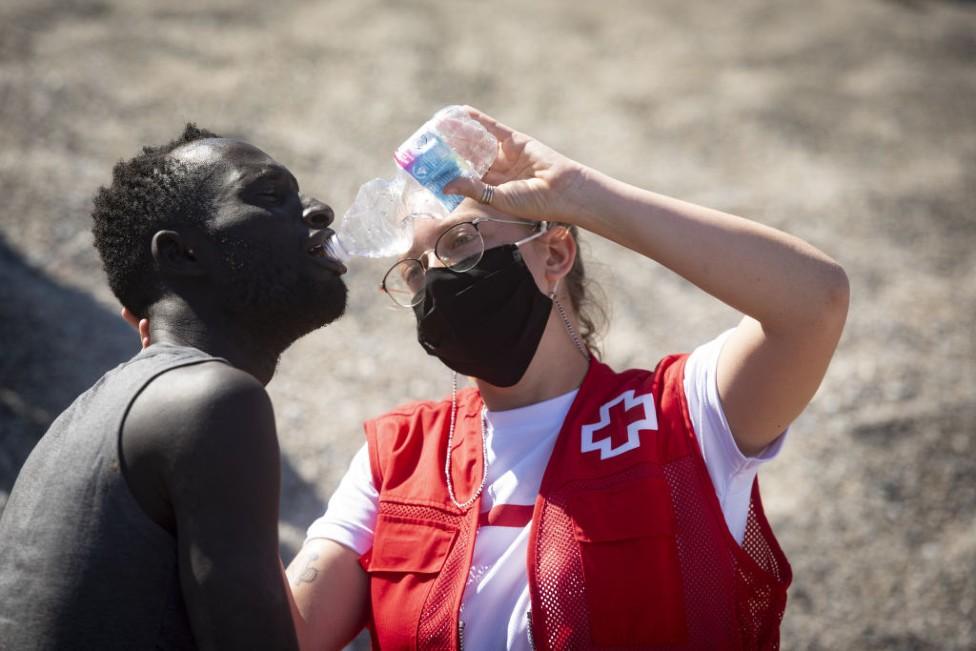 Luna Reyes le da agua al inmigrante