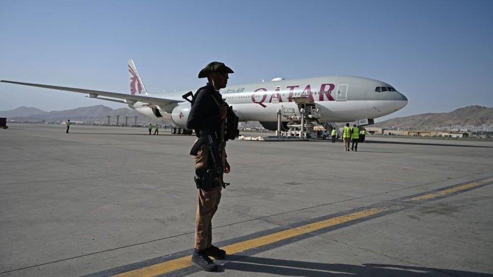 طائرة الخطوط الجوية القطرية في مطار كابل