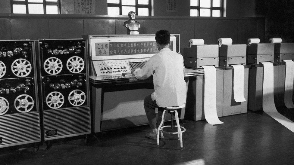 رغم أن الاتحاد السوفيتي أعلن عن إيقاف الدعم للصين في عام 1960، إلا أن الصين حققت تقدما بخطوات ثابته في قطاع الكمبيوتر