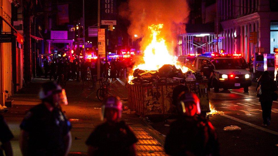 تظاهرکنندگان در نیویورک زباله ها را به آتش کشیدند