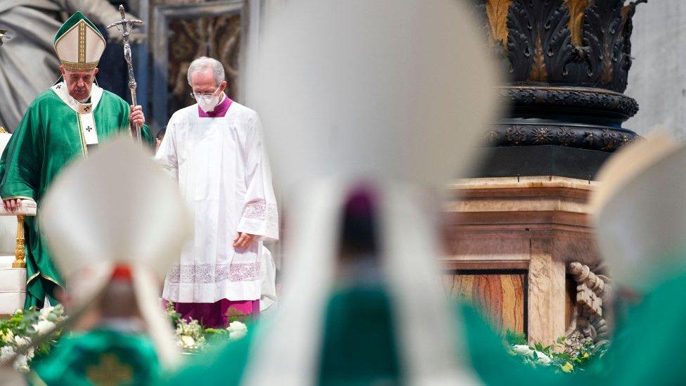 البابا فرنسيس خلال قداس في بازيليك القديس بطرس في الفاتيكان