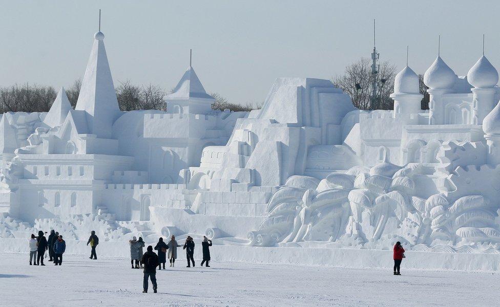 Patung salju besar dari sebuah kastil