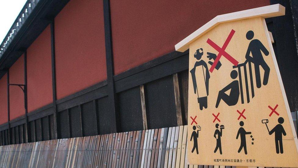 لافتة بلا كلمات في مدينة كيوتو باليابان، تعرض تعليمات للحد من سلوكيات السياح غير اللائقة